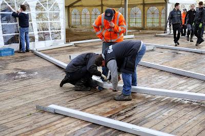 Tent en houtstapel opbouwen