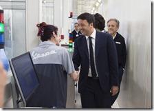 Matteo Renzi con una lavoratrice Piaggio