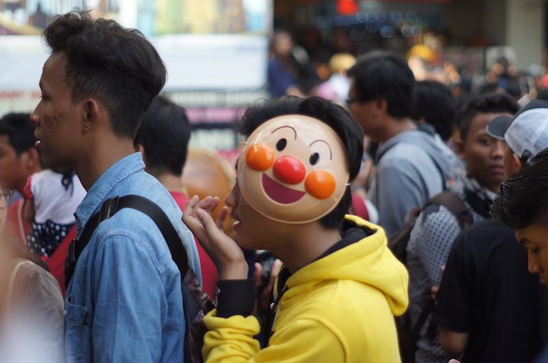 Salah satu pengunjung mengenakan topeng Anpanman