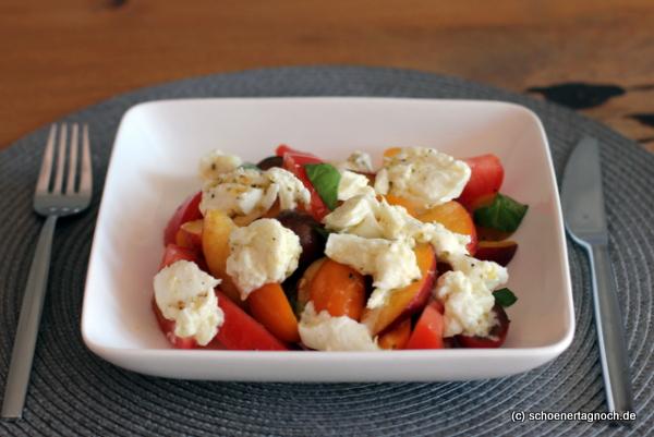 Tomaten-Pfirsich-Salat mit mariniertem Mozzarella
