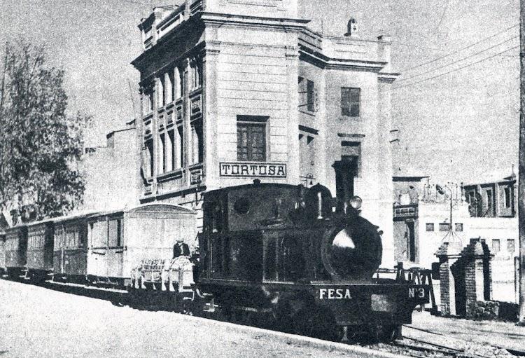 . Estación de Tortosa. Tren mixto con destino La Cava. El ferrocarril supuso el fin del Anita. Del libro El Tren del Delta de L´Ebre.jpg