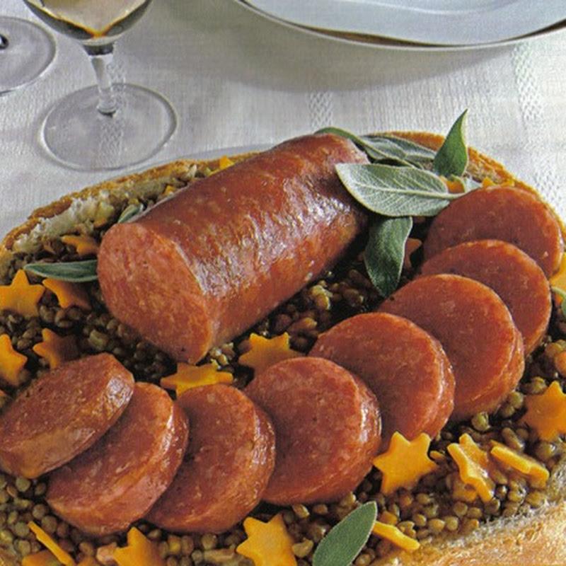 Cotechino e lenticchie nel pane con sedano, carote e scalogni.
