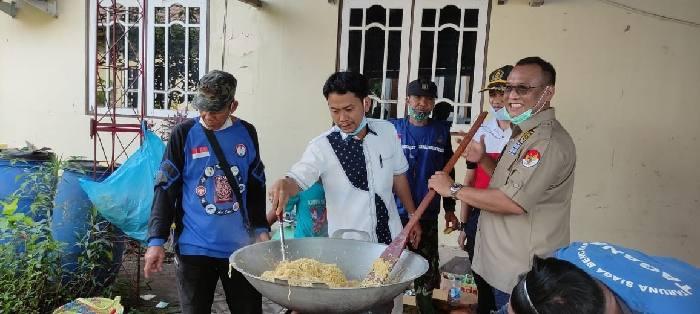 Tingginya intensitas curah hujan di Banjarmasin membuat beberapa wilayah di kota ini terendam air. Warga terpaksa mengungsi ke tempat yang lebih aman.