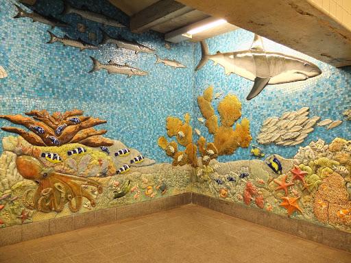 地下鉄の駅のオブジェの魚