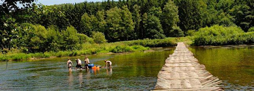 Bruselas Valonia: paisaje campestre - grupo de jóvenes jugando en un río