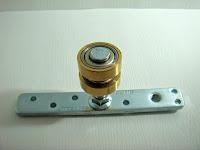 裝潢五金品名:MEJ101A-專利萬向銅輪載重:200KG材質:銅製品型式:萬向輪/拉門輪/折門輪用途(1)萬向輪:餐廳或住家想要隔成一個臨時用的小空間用途(2)拉門輪:用於大型拉門門片用用途(3)折門輪:輪子換裝在鐵片側邊馬上變折門輪用玖品五金