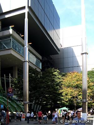 Este e complexo International Forum no coração de Tóquio, um edifício moderno próximo ao coração financeiro.