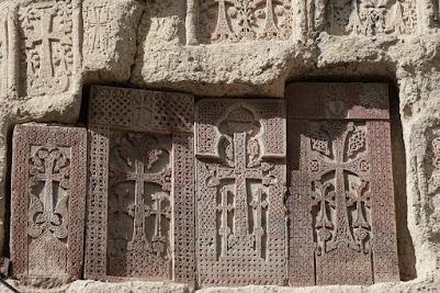 Kreuzsteine im Kloster Geghard