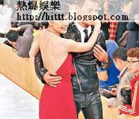 「最佳女配角」江美儀大曬白滑玉背,與黃智賢出場。