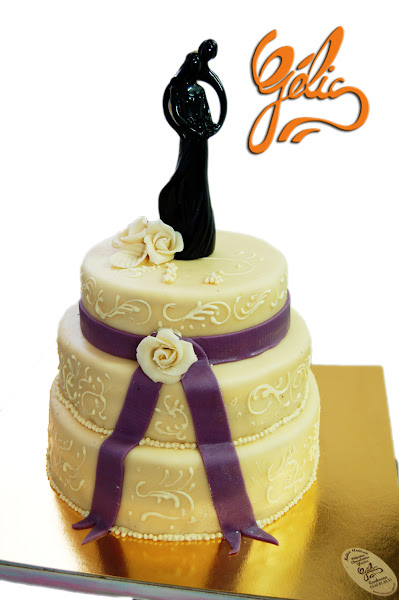 wedding-cake-blanc-arbesques-ruban-violet-ptte.jpg