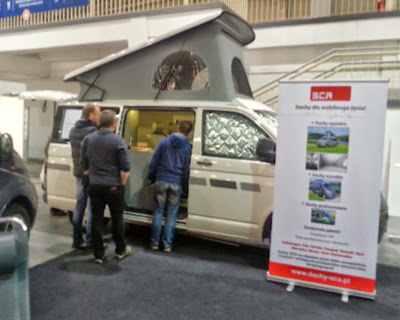 na zdjęciu prezentacja zaadaptowanego busa na potrzeby kempingowe poprzez podnoszony dach.
