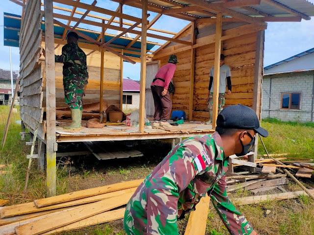 Satgas Yonif 144/JY Membantu Masyarakat Membuat Rumah di Perbatasan