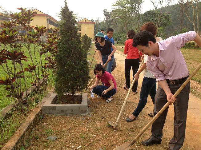 Chi đoàn cán bộ giáo viên tổ chức lao động chào mừng ngày thành lập Đoàn TNCS Hồ Chí Minh