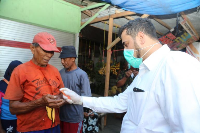 Walikota Bersama Tiga Pilar Mayangan membagikan Ratusan Masker dan Hand Sanitizer