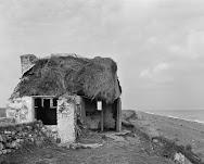 vervallen hutje met rieten dak