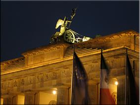 Vista nocturna de la Cuadriga de la Puerta de Brandenburgo (Brandenburger Tor) desde la Platz Des 18. März (2010)