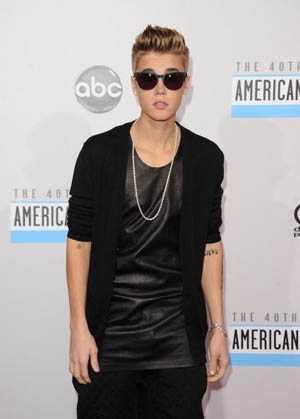 Justin Bieber Bawa 3 Piala AMA 2012