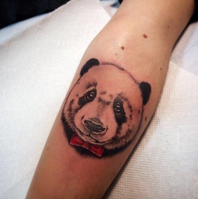 Este bem- vestida panda