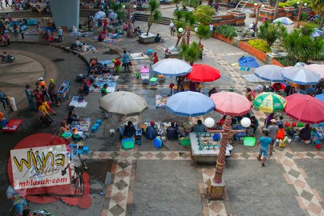 Suasana pasar tumpah di bawah Jembatan Ampera di Kota Palembang Sumatera Selatan