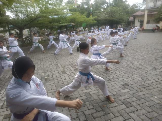Karateka Lemkari Barabai Persembahkan Kado Hari Jadi HST