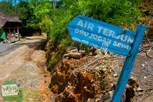 papan arah berwarna biru menuju Grojogan Sewu, Kulon Progo karya mahasiswa KKN yang disponsori bank BRI