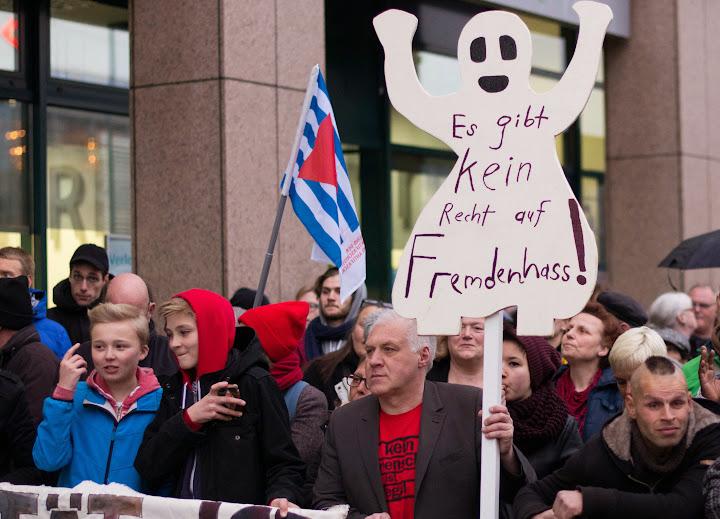 Demonstranten mit VVN-Fahne und Transparent in Form eines ‹Gespenstes›: «Es gibt kein Recht auf Fremdenhass!».