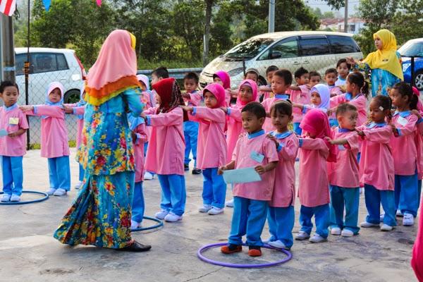 anak-anak sekolah tadika beratur