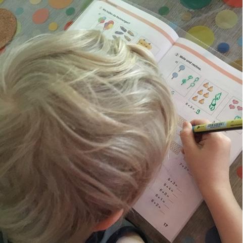Kind übt für die Schule