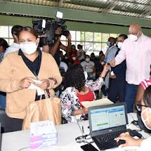 Ministro Roberto Fulcar encabeza entrega de 54,112 equipos tecnológicos en Villa Mella