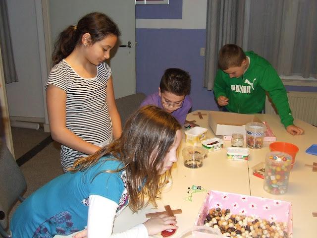 Kinderen van de kinderkerkclub maken een rozenkrans - DSCF5702.JPG