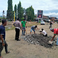 Peduli Keselamatan Pemakai Jalan, Kanit Turjawali Polres Soppeng Bersama Kapos Lantas dan Komunitas Bemor Timbun Jalan Berlubang