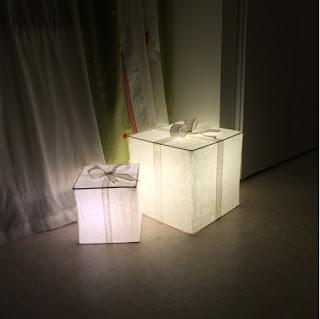 Beleuchete Pakete aus Papier von Ikea als Weihnachtsdekoration