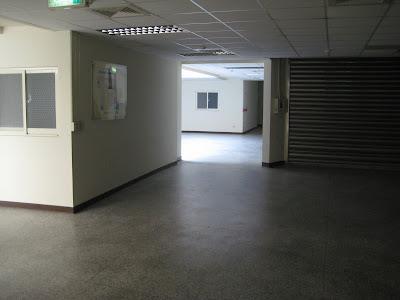走道左手邊有老師研究室的位置說明