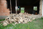 Takovou hromadu kamenů jsme ze spojovacího domu postupně vynosili.