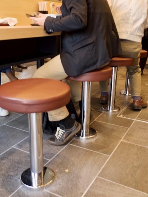 店内のカウンター席の椅子