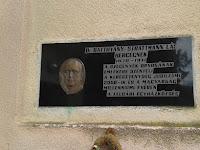 10 Dr. Batthyány-Strattmann László emléktáblája a felbári templom homlokzatán.jpg