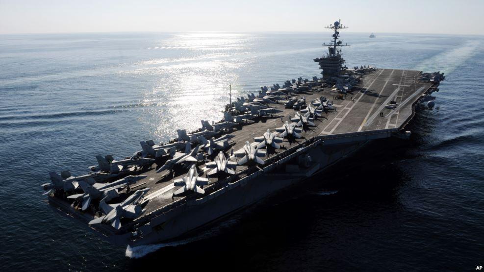 Tàu sân bay USS John C. Stennis đi ngang eo biển Hormuz.