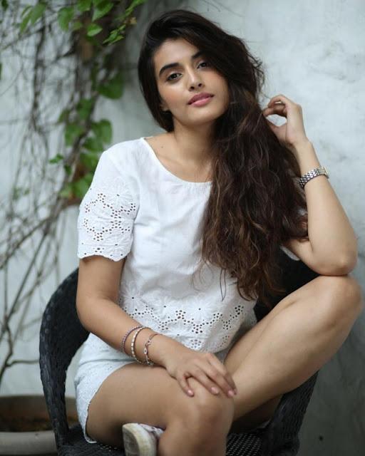 Actress Divyansha Kaushik hd photos, Latest Wallpapers