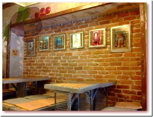 """Foto com 6 quadros na parede da """"Fábrica - Coffee Roasters"""" com imagens alusivas à cidade de Lisboa"""
