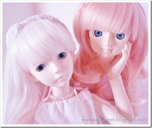 Ball jointed dolls taking selfies.