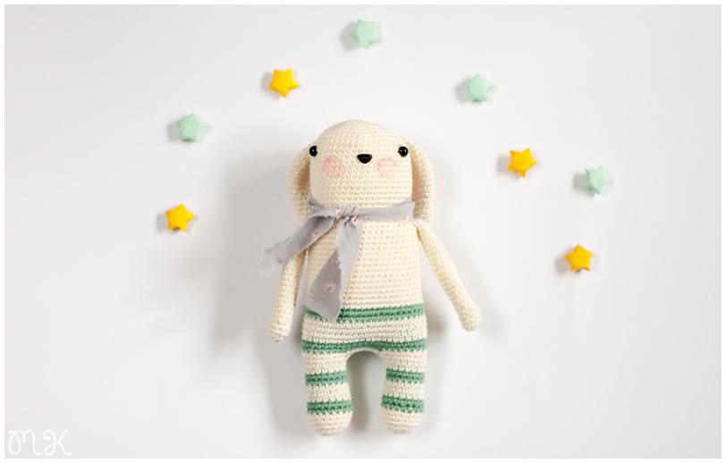 muñeco amigurumi y estrellitas de papel
