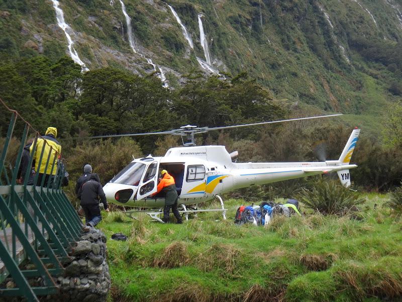 Wir werden mit Helikopter durch die lawinengefärdete Region geflogen