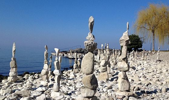 Skulpturen aus Kiesel am Nordufer des Genfer See / Lac Léman, Schweiz