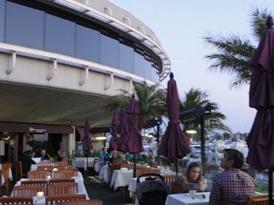 En terrasse utenfor et hotell.