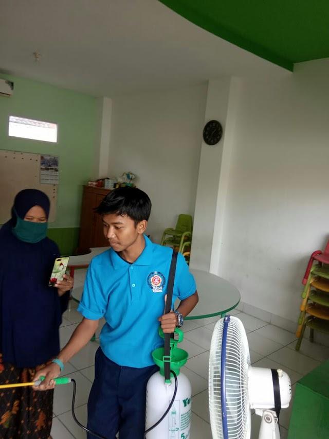 Cegah Virus Corona, Karang Taruna dan Ketua RW 01 Bekasi Jaya Lakukan Penyemprotan Disinfektan