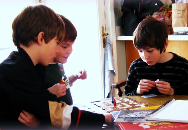 Дети играют в настольную игру