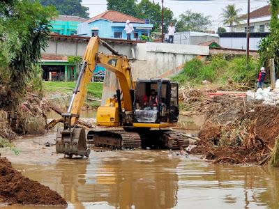 Danone-AQUA Bersama Muspika Cicurug Normalisasi Sungai Cicatih