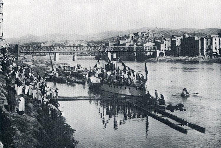 Inmensa multitud se congrego en las orillas para asistir a la botadura. Del libro El Tren del Delta de L´Ebre.jpg
