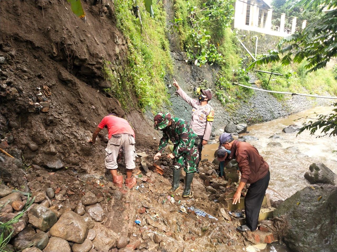 Sinergitas TNI Polri, Cek Lokasi Sekaligus Bersihkan Tanah Longsor di Desa Maja Utara