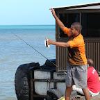 Pescando en el muelle turístico